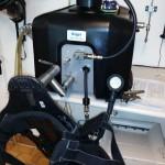 Das Manometer zur Kontrolle des Luftvorrats, der Druckminderer mit dem bis zu 300 Bar Behälterdruck in der Atemluftflasche auf 4,5 - 12 Bar Mitteldruck entspannt, Restdruckwarneinrichtung und, und, und müssen auf fehlerfreie Funktion überprüft werden.